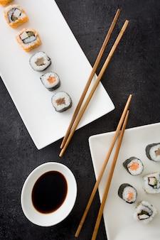 醤油と黒の上面に箸で寿司