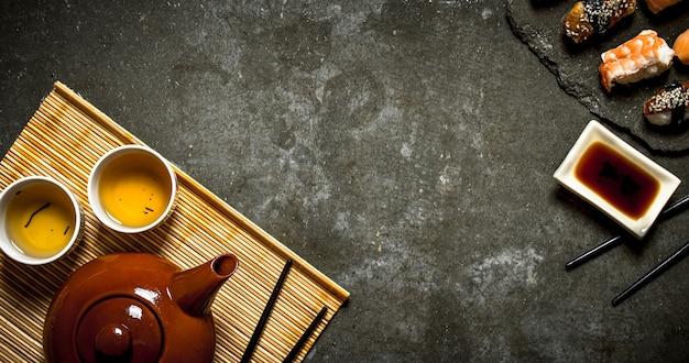 Суши с соевым соусом и ароматным чаем.