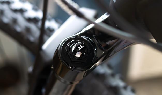 モダンなブラックマウンテンバイクのクローズアップのサスペンションエアフォーク