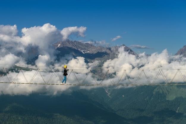 雲に沿った吊り橋