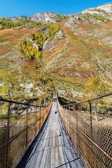 峡谷の山川に架かる吊り橋ロシアアルタイチュリシュマン川