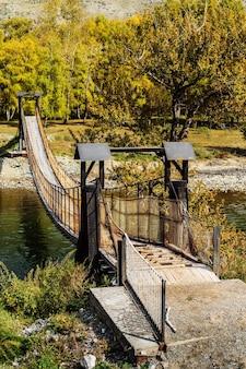 峡谷の山川に架かる吊り橋ロシアアルタイウラガンスキー地区チュリシュマン川
