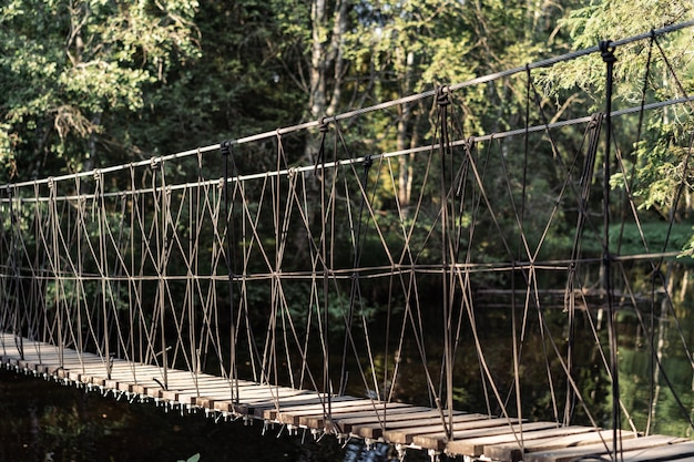 Подвесной мост через горную реку и водопады в рускеала, область карелия россия