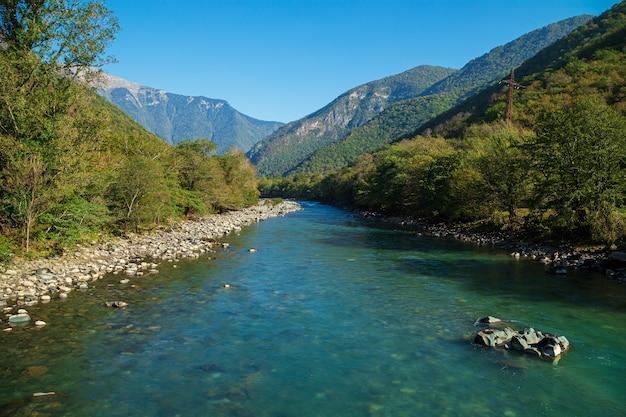 Подвесной мост через горную реку бзыбь. абхазия, дорога к озеру рица.