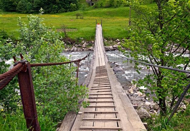 高地に架かる吊橋。ウクライナ、カルパティア山脈。