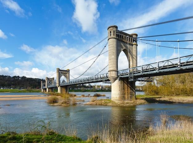 フランス、ランジェのロワール川に架かる吊橋