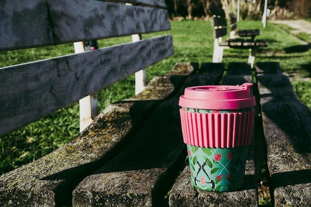 公園で持続可能な竹のコーヒーカップ。持続可能なテイクアウトコーヒーのコンセプト。気をつけて消費します。環境を守ること。リサイクル。