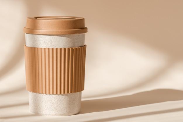 Устойчивая бамбуковая экологически чистая чашка с силиконовым держателем на естественной тени