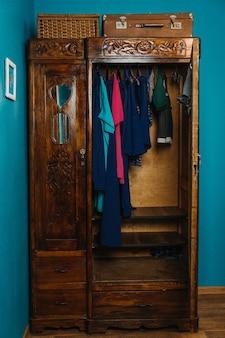 Экологичная мода и этичная одежда в гардеробе модный гардероб яркая одежда