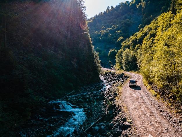 오프로드에서 suv 자동차입니다. 카 르 파 티아 산맥의 협곡. 복사 공간