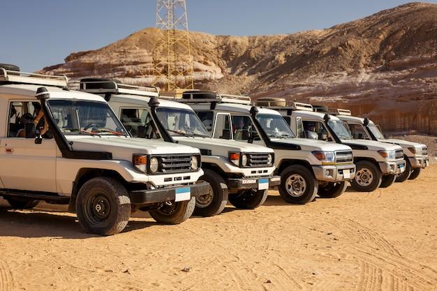 이집트의 돌 사막에서 suv 자동차 탐험. 오프로드 차량으로 산 풍경입니다.