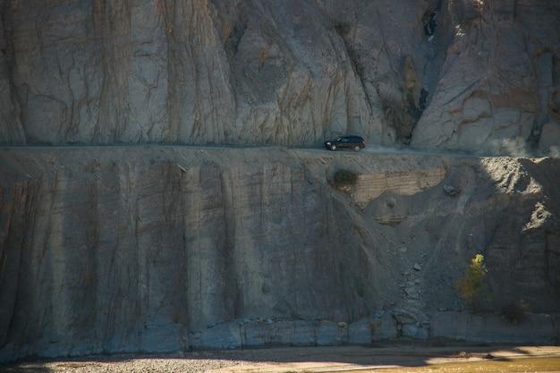 危険な道路、コルディレラレアル、アンデス、ボリビアのsuv車