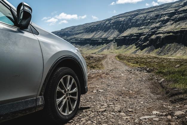 Автомобиль внедорожник автомобиль работает на гравийной дороге.