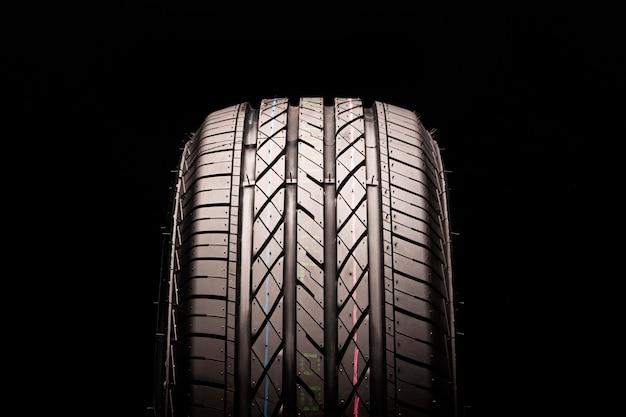 Suv向けの新しい夏用タイヤと黒いスペースでのクロスオーバーのクローズアップ