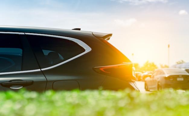 Suv自動車は、青い空と雲がある海の近くの工場のコンクリート駐車場に駐車しています。