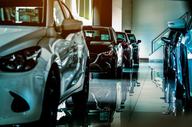 販売のためのショールームに駐車された新しい高級suv車