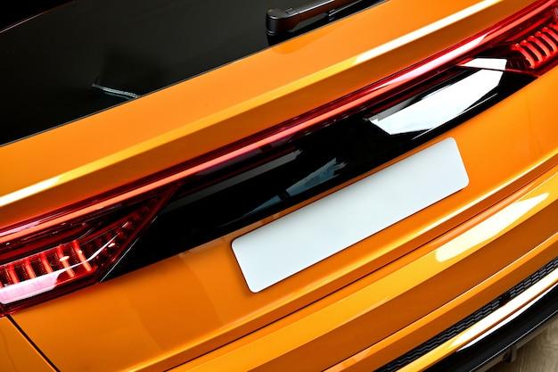 スポーツとモダンなスタイルのクローズアップsuv車