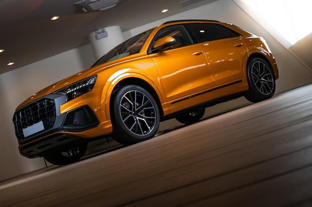 スポーツとモダンなデザインのクローズアップsuv車。
