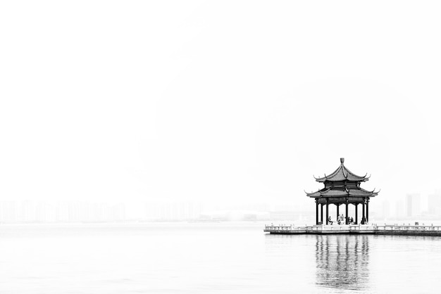 蘇州金鶏湖の古代のパビリオンと長い橋