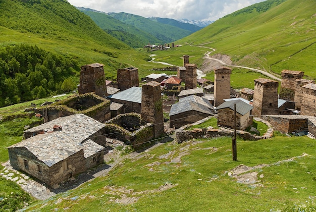 Сванские крепости. вид на древнюю сванскую башню в селе ушгули. сванетия, грузия