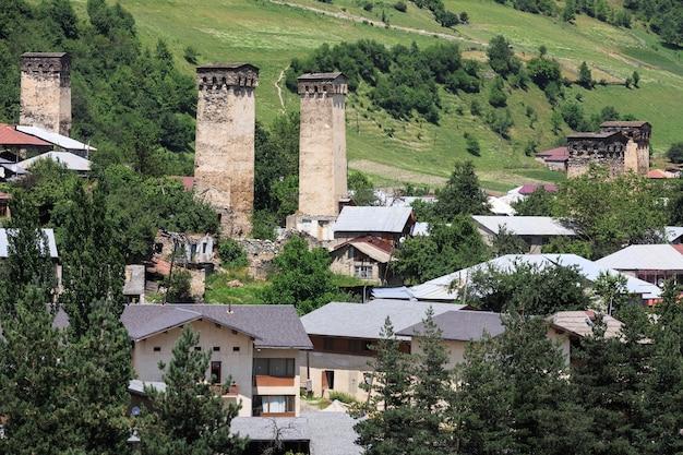 2017년 7월 19일 조지아주 스바네티: 고대 탑이 있는 산악 마을. 조지아주 스바네티의 석탑