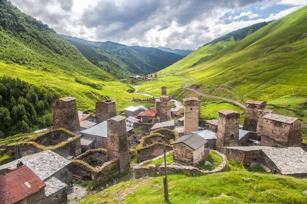Горные башни сванети в грузии. пейзаж кавказа