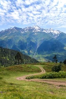 Горы сванетии в грузии. пейзаж кавказа