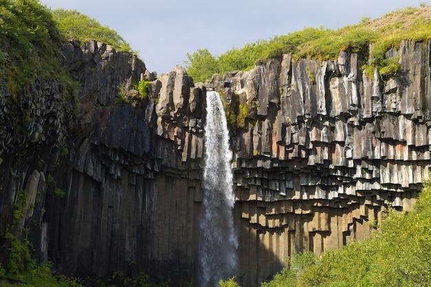 Свартифосс падает в летний сезон, исландия. исландский пейзаж.