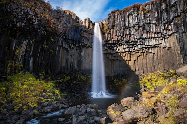 アイスランド、秋のsvartifoss滝