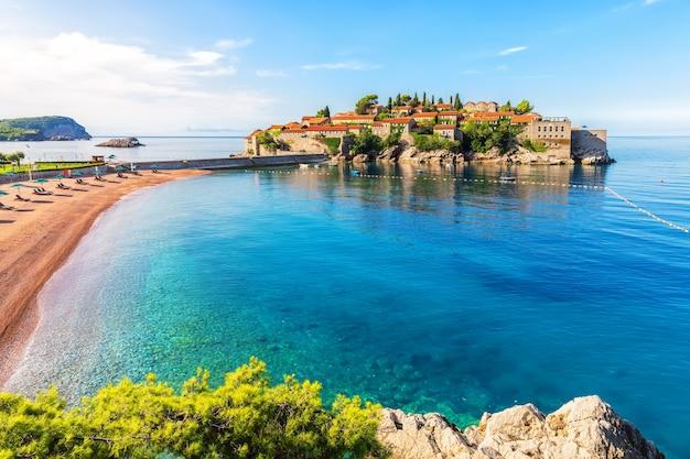 Святой стефан с высоты птичьего полета со скалы, регион будва, черногория.