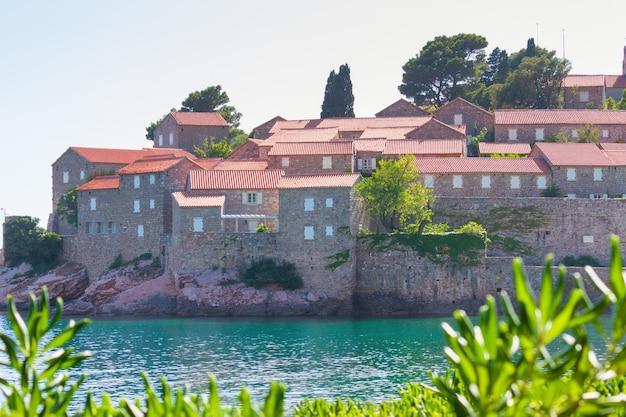 Остров свети-стефан в будве в летний день, черногория.