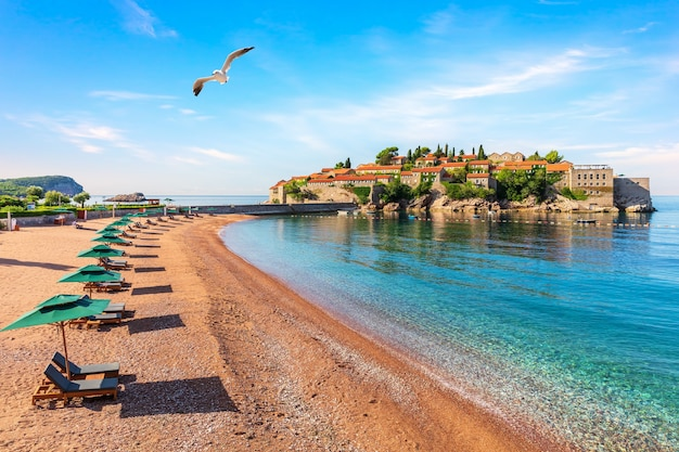 Остров свети стефан, вид с пляжа на будванской ривьере, черногория.