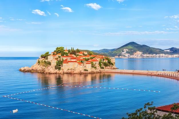 Вид сбоку островок святой стефан, регион будва, черногория.