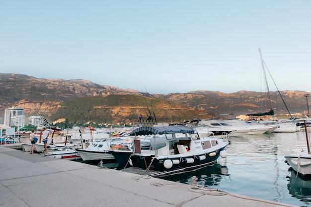 モンテネグロのリゾートsveti stefan近くの駐車場のボートとヨット