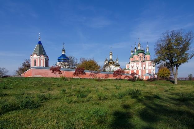 Gustynya의 푸른 하늘을 배경으로 한 sviato-troitskyi 수도원. 체르니히프 지역. 우크라이나. 가로 야외 촬영.