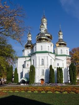Gustynya의 sviato-troitskyi 수도원. 체르니히프 지역. 우크라이나. 세로 야외 촬영.