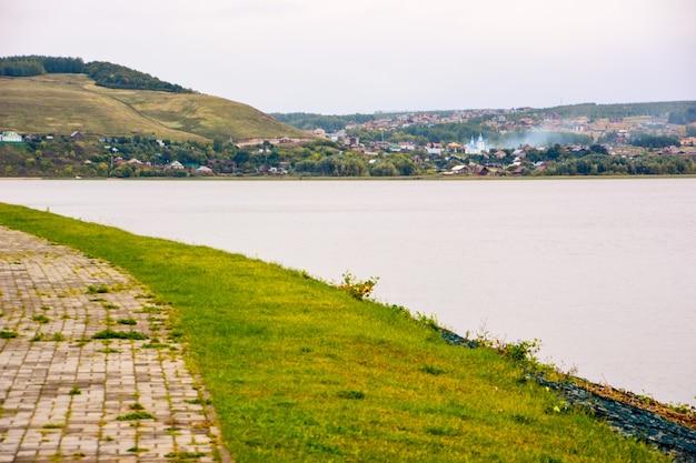 スヴィヤシュスクは、ヴォルガ川とスヴィヤガ川の合流点に位置する、ロシアのタタールスタン共和国の地方(セロ)です。