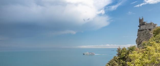 ツバメの巣はクリミア半島のヤルタの近くにある装飾的な城です。1911年から1912年にかけて、高さ40メートルのオーロラクリフの上に建てられました。