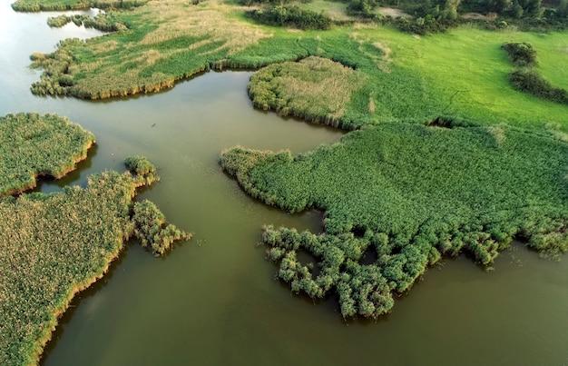 Болотное озеро, аэрофотосъемка, весенний день, образ
