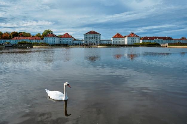 Nymphenburg 궁전 뮌헨 바이에른 독일 근처 연못에 백조