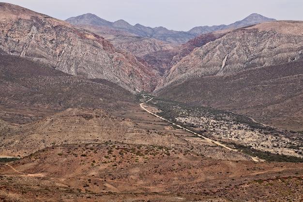 Il passo di montagna di swartberg vicino alla città di prince albert, sud africa
