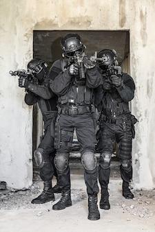 탄도 방패와 swat 장교