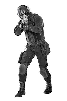 소총과 경찰 특수 부대를 강타