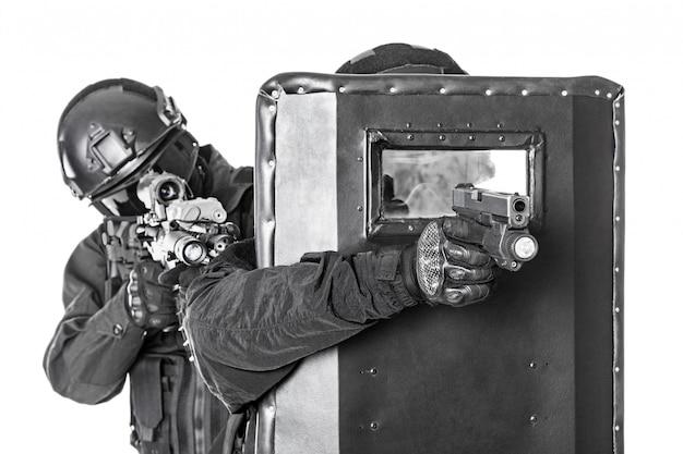 弾道盾を持つswat役員
