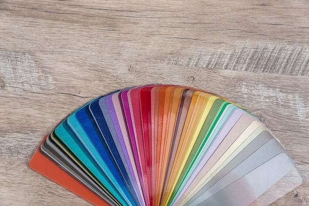 木製のテーブルの背景に着色の見本