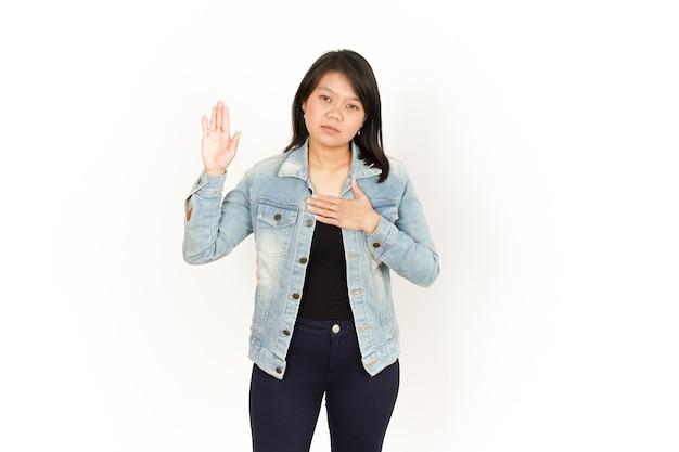 白い背景で隔離のジーンズジャケットと黒のシャツを着て美しいアジアの女性の宣誓
