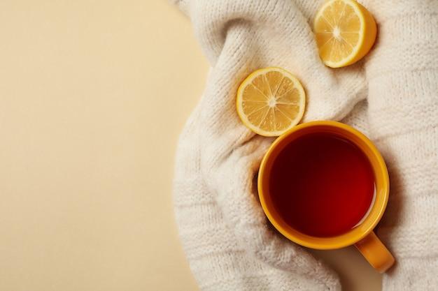 Свитер с чаем и лимонами на бежевом