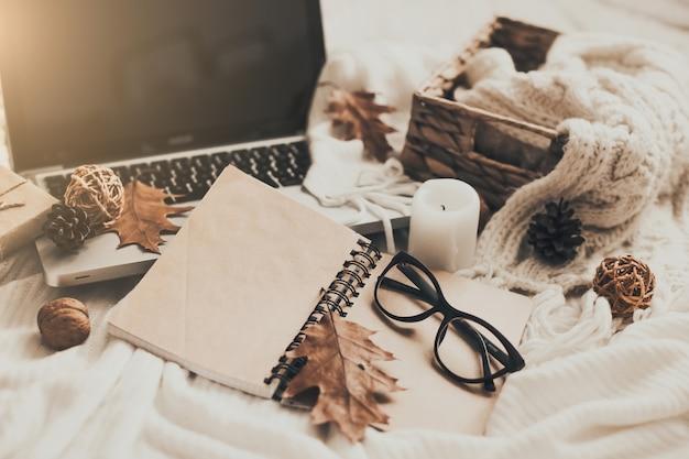 セーターとお茶、ノート、ラップトップ、編み物服