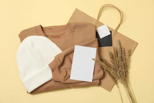 Толстовка, бумажный пакет и шапка