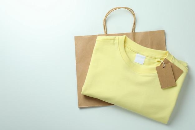 Свитшот с бирками и сумкой на белом